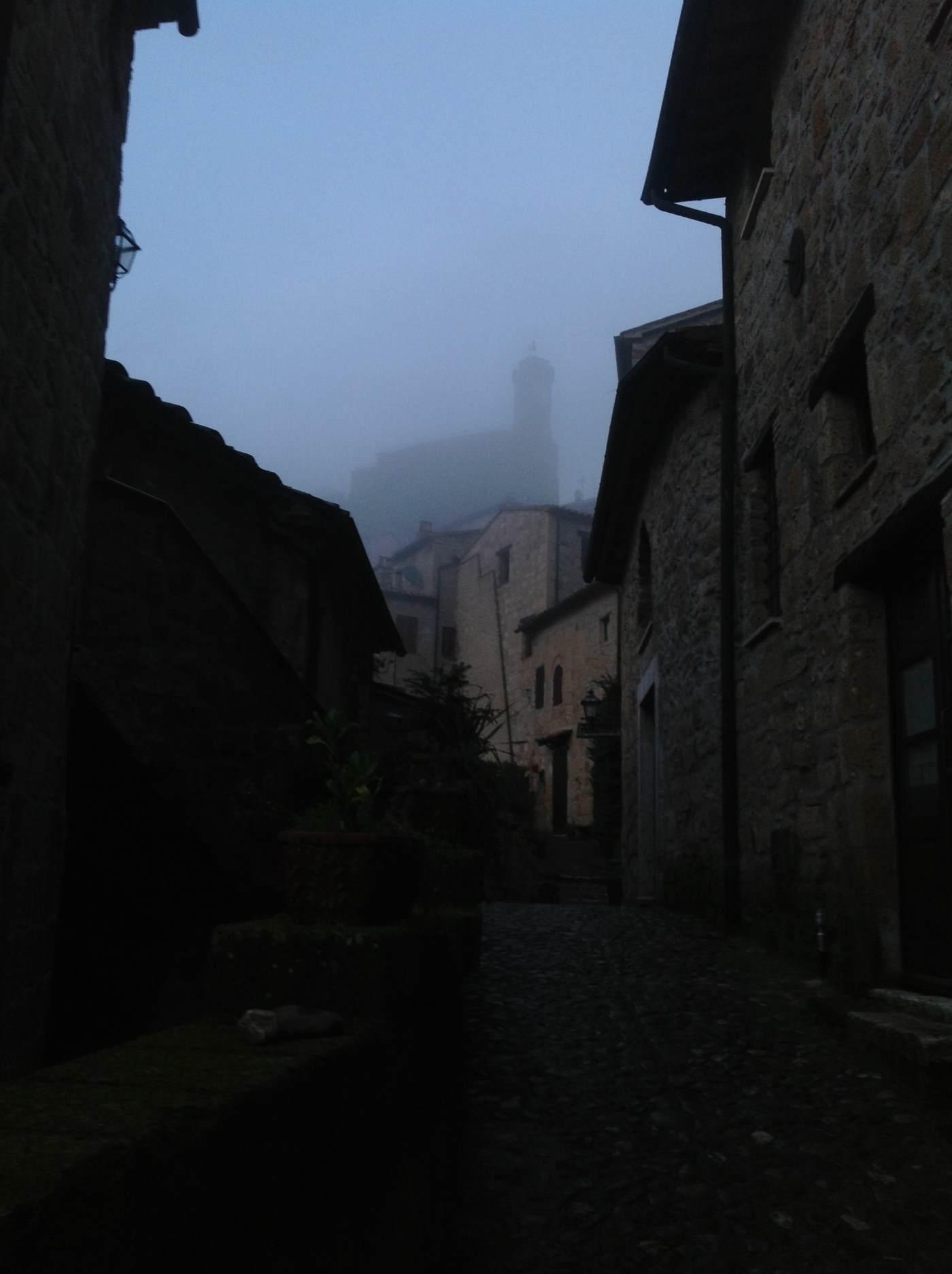 Il masso Leopoldino avvolto dalla nebbia.